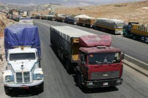 تفريغ حمولتها لشاحنات أردنية.. الشاحنات السورية ممنوعة من دخول الأردن بعد قرار حظر 194 سلعة سورية!!