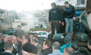 للقضاء على الأزمة..محافظ حماة يوزع الغاز بنفسه على المواطنين!!