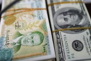 مصرفي: قرار المصرف المركزي برفع سعر الدولار خاطئ