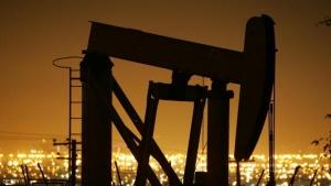 النفط يتراجع مع ضخامة المخزونات