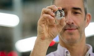 صك أول قطعة نقدية معدنية من فئة 100 جنيه استرليني