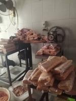 بالصور: ضبط مستودع بدمشق لفرم اللحم مكون من جلود الفروج ونتر لحم الفروج