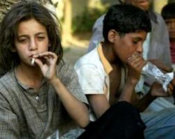 إدمان من نوع آخر: أطفال سوريون مدمنون على شم مادة الشعلة !!