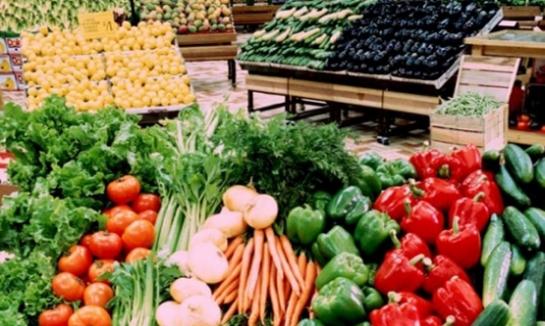 أسعار الخضر والفواكه في دمشق ترتفع بشكل جنوني.. البندورة إلى 300 ليرة الكيلو