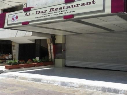 مطعم مشهور يتسبب بأكثر من 200 حالة تسمم غذائي..والأهم عودته للعمل في اليوم التالي لإغلاق محله
