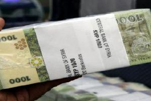 خبير اقتصادي يقترح هبة مالية للموظفين والمتقاعدين.. 300 ألف ليرة توزع على 3 أشهر