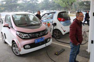 الكهرباء تدعو إلى استيراد السيارات الهجينة دون رسوم جمركية