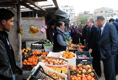 في جولة لوزير التجارة في أسواق دمشق.. تنظيم ضبوط تموينية وإغلاق لمحل بيع لحوم