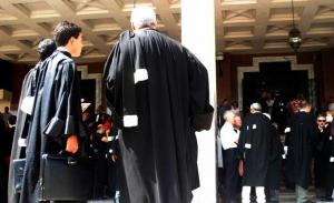 (الروب الرسمي) يثير الجدل في أروقة المحاكم!