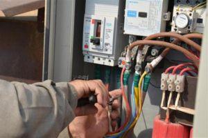 ضبط صناعيين يسرقون الكهرباء!