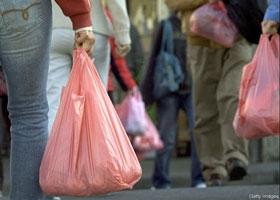 وزارة الدولة : مقترح لفرض رسوم على الأكياس والعبوات البلاستيكية والبطاريات