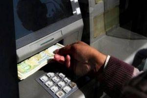 مدير مصرف يرسل الأموال بسيارته الخاصة وآخر عبر التكسي لتغذية الصرافات!