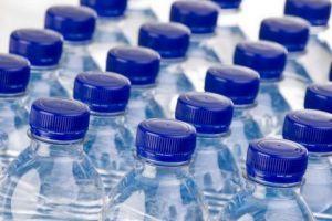 مدير شركة عامة: الجمارك مسؤولة عن تواجد المياه المهربة في الأسواق المحلية