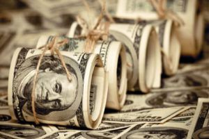 عمليات عرض مفاجئة للدولار ..وأنباء عن إجراءات وتطورات قد تتكفّل بهبوط حادّ وشيك