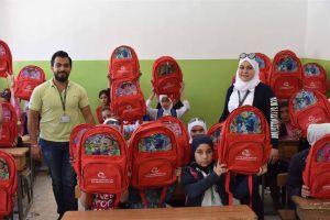 للعام الرابع... بنك سورية الدولي الإسلامي يقدم ألف حقيبة مدرسية مع قرطاسية سورية