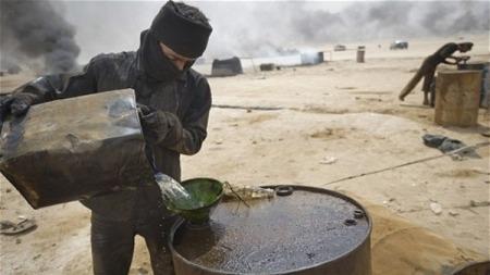 بنك في جدة مهمته جمع الليرة السورية..سلمان: برميل النفط السوري المسروق يباع بـ2 دولار لتركيا