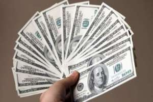 استاذ جامعي: رجال الأعمال والمسؤولين الفاسدين يستحوذون على الحجم الأكبر من الدولار