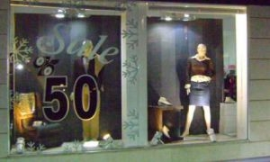 مسؤول: التخفيضات على الألبسة والأحذية