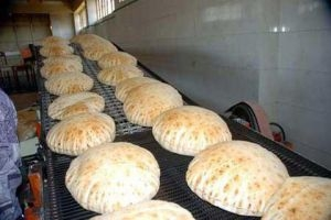 على بعد أمتار من وزارة التجارة...ربطة الخبز تباع بـ250!!