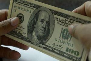 خبير اقتصادي: الدولار سيهبط أكثر والأسعار ستنخفض ولكن
