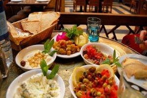 الإفطار في مطعم جيد أنت وأسرتك يكلفك راتب شهر كامل!