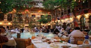 السياحة تطلب من المواطنين عدم التردد في تقديم شكاوى عند تقاضي المطاعم أسعار زائدة