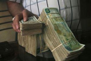 تاجر: عدم استقرار التشريعات كان سبباً في تقلبات سعر الصرف