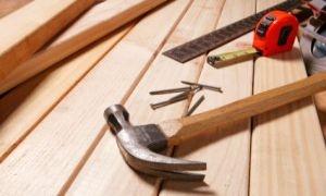 النجارون يطالبون الحكومة بالسماح باستيراد الأخشاب وعدم حصرها بأيد قلة من التجار