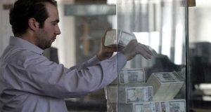 تاجر: آلية تمويل المستوردات الجديدة مجرد (مسكن) ولن تخفض سعر الصرف