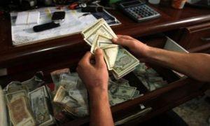 موظف في أحد المصارف العامة يعيد مبلغ اختلسه ليدفع تكاليف سفر ابنه..!!