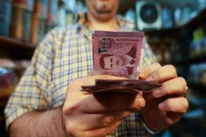 خبير اقتصادي: المضاربات وراء تذبذب سعر الدولار