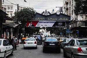 في منطقة الحريقة بدمشق: شرطي مرور يركن السيارات للتجار و ينظم حركة الاستثمار المواقف المأجورة!!