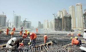 موجة جديدة من إضرابات العمال تهدد قطاع البناء في الخليج العربي