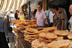 في ثاني أيام رمضان..ازدحام كبير بأسواق دمشق بالرغم من ارتفاع الأسعار قطعة المعروك بـ150 و كيس عصير الجلاب بـ300 ليرة
