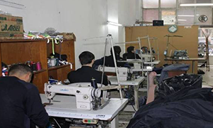 صحيفة الغارديان:أزياء الموضة العالمية.. يحيكها لاجئون سوريون ويرتديها الأوروبيون!