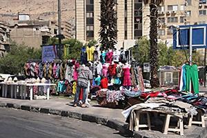 أربعة أشخاص يديرون بسطات دمشق