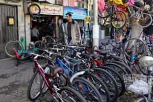 أزمة البنزين ترفع أسعار الدراجات الهوائية 25 بالمئة في سورية