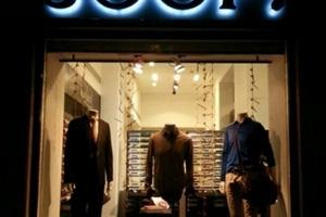 نحو نصف مليون ليرة سورية سعر البنطال و الحذاء في أحد محلات دمشق