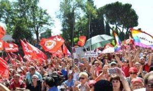 تظاهرات في إيطاليا احتجاجاً على خفض الرواتب