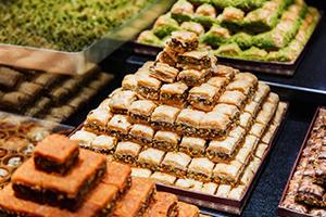 تعرفوا على أسعار الحلويات في أسواق دمشق قبيل بداية شهر رمضان.. هل من يلتزم فيها!!