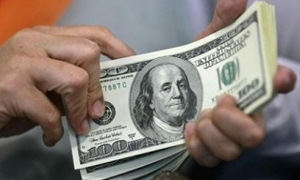 الدولار قرب أعلى مستوى في 4 أسابيع والأسترالي يهوي