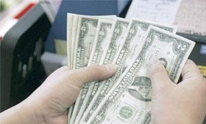 الدولار قرب أدنى مستوى  في شهر بعد تصريحات لبرنانكي