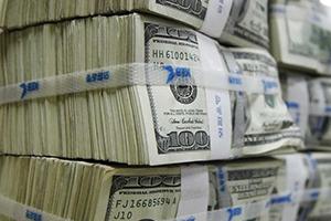 الدولار يتراجع بعد أن أذكت بيانات مبيعات التجزئة قلقا بشأن النمو