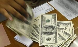 الدولار قرب أدنى مستوياته في 7 أشهر