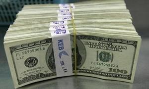 الدولار يقفز الى أعلى مستوياته في 11 شهرا