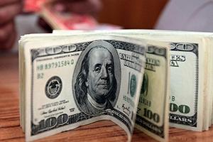 الدولار يتراجع لأدنى مستوياته في أكثر من عامين و نصف