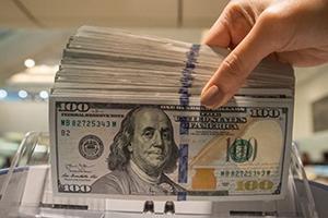 المصرف المركزي: يحق للمواطن سحب 5 آلاف دولار يومياً من المصارف