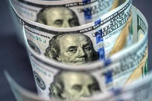 الدولار يسجل أعلى مستوى له في شهرين