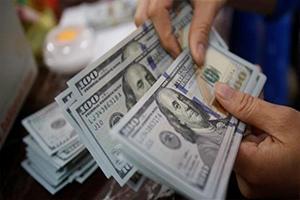 الدولار يتراجع و النفط يرتفع 1.4 بالمئة