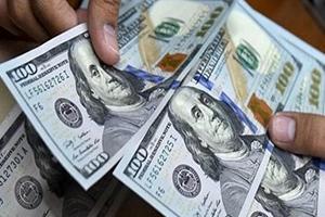الدولار يتراجع عن أعلى مستوى له في شهرين